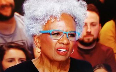 """Yann Barthès donne la parole à une activiste afro-américaine proposant aux Blancs de """"changer de race""""…"""
